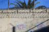 Предупреждение на стене тюремного двора, в котором прогуливаются приговоренные к смерти: охрана стреляет сразу на поражение.