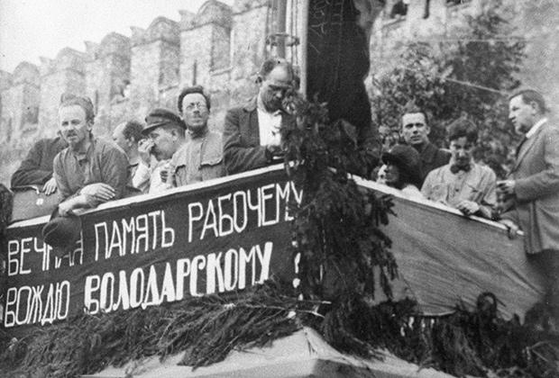 Николай Иванович Бухарин на трибуне митинга, проходившего на Красной площади в дни процесса над правыми эсерами