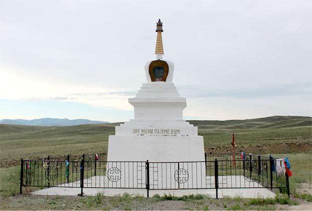 У буддийской ступы проходит обряд гостеприимства
