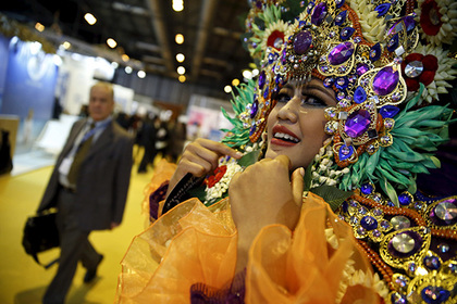 A woman in a costume stands in the Asia area of the FITUR International Tourism Trade Fair in Madrid, Spain, January 20, 2016. REUTERS/Andrea Comas