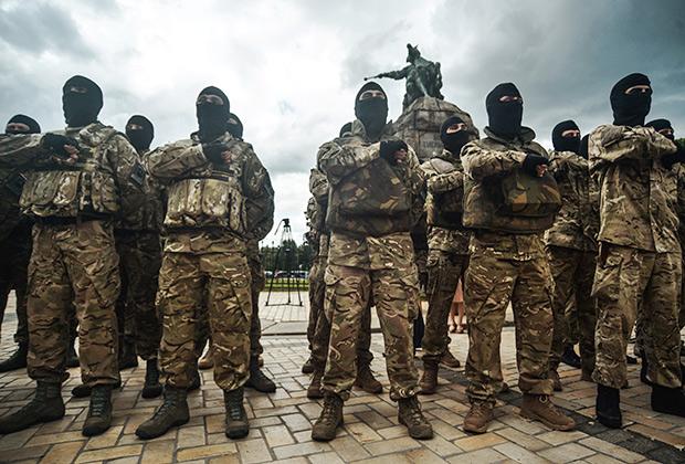 Новобранцы батальона «Азов» во время церемонии принятия присяги на Софийской площади в Киеве