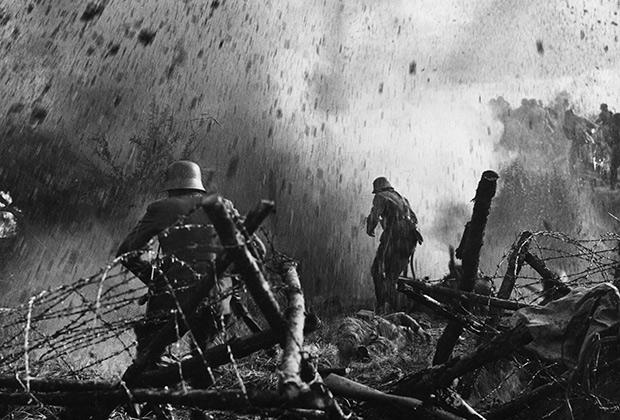 Немецкие солдаты под обстрелом французской артиллерии
