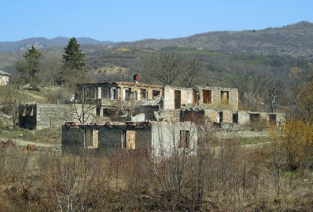 Разрушенные дома вдоль трассы
