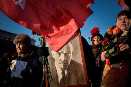 *TO GO WITH AFP STORY BY NICOLAS MILETITCH*  (FILES)  A file picture taken on January 21, 2015 shows Russian Communist Party supporters carrying a portrait of late Soviet leader Vladimir Lenin during a memorial ceremony to mark the 91st anniversary of his death at Red Square in central Moscow. Twenty five years have passed since the fall of Communism but Lenin -- who died on Jan. 21, 1924 -- remains an omnipresent figure in Russia. AFP PHOTO / KIRILL KUDRYAVTSEV