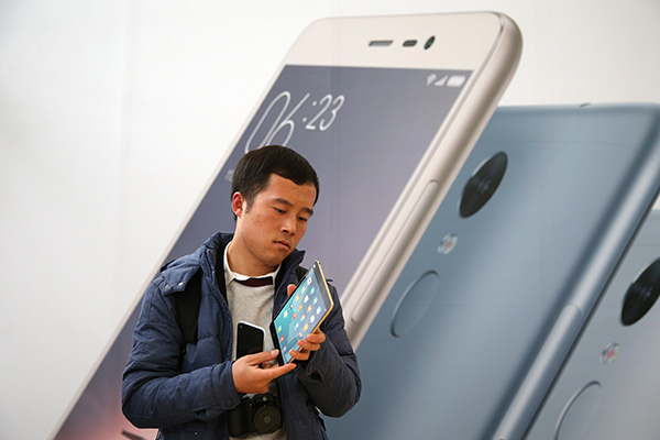 A visitor views the new Xiaomi 'Mi pad 2' after Xiaomi new products releasing ceremony in Beijing city, China, 24 November 2015. Xiaomi Technology Co. Ltd., Chinese famous mobile internet company, released three new products on 24 November including smart phone Redmi note 3, Mi pad 2 and Mi air purifier 2. EPA/WU HONG