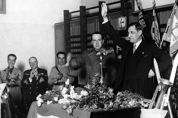 Антониу ди Салазар (справа) на митинге Легионеров в Лиссабоне