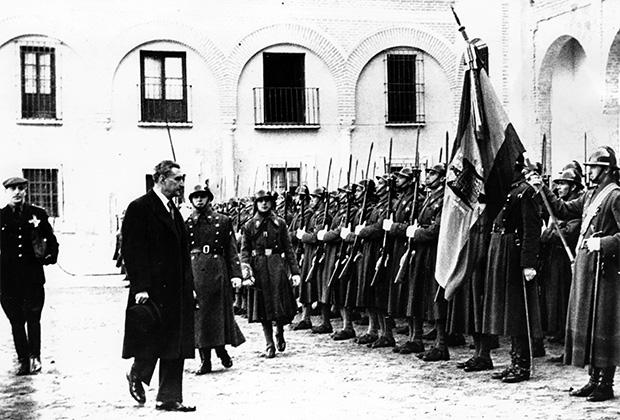 Салазар перед почетным караулом в Севилье