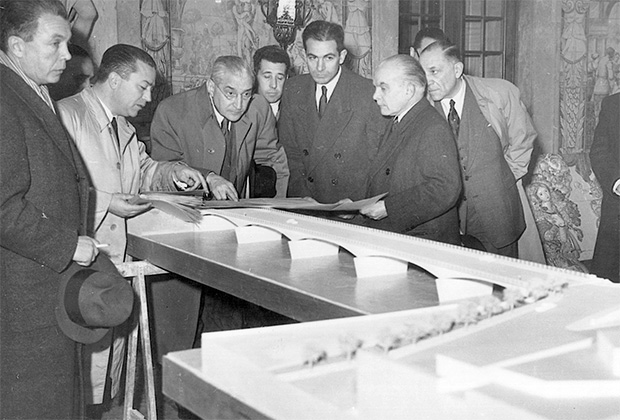 Салазар осматривает макет моста в Коимбре