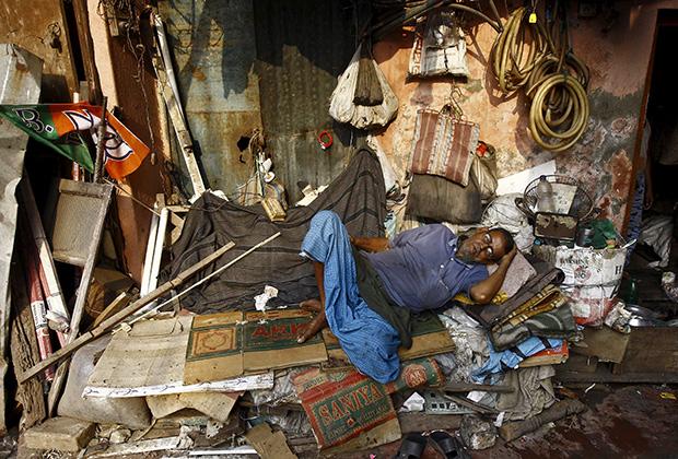 Работник овощного рынка отдыхает после рабочего дня. Калькутта, Индия