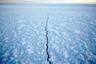 Замерзшая лагуна острова Сарычева. Твердый ледяной покров позволяет жителям Шишмарёва уходить дальше от деревни, охотясь на карибу, медведей и волков, и добираться до континентальной части Аляски.