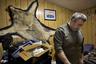 Деннис Синнок родился в городе Анкоридж в материковой части Аляски, но переехал в Шишмарёв еще ребенком и с тех пор живет там, промышляя охотой на медведей, волков, морских котиков и моржей. Кроме того, Синнок торгует фигурками и украшениями из моржовой кости, которые делают местные жители.