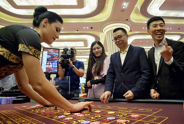 """Посетители играют в рулетку во время открытия первого казино Tigre de Cristal в игорной зоне """"Приморье"""" в бухте Муравьиная в 50 км от Владивостока."""