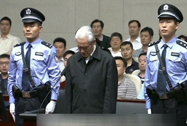 Бывший министр общественной безопасности Чжоу Юнкан в суде