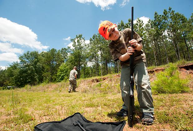 Шестилетний американец в Алабаме на тренировке перед охотой на дикого кабана, июнь 2012 года