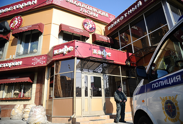Сотрудники правоохранительных органов у ресторана «Закарпатские узоры», где было совершено убийство Адиля Махмудова, подозреваемого в вымогательствах и мошенничестве