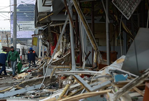 Снос незаконно построенных торговых павильонов у станции метро «Сокол»