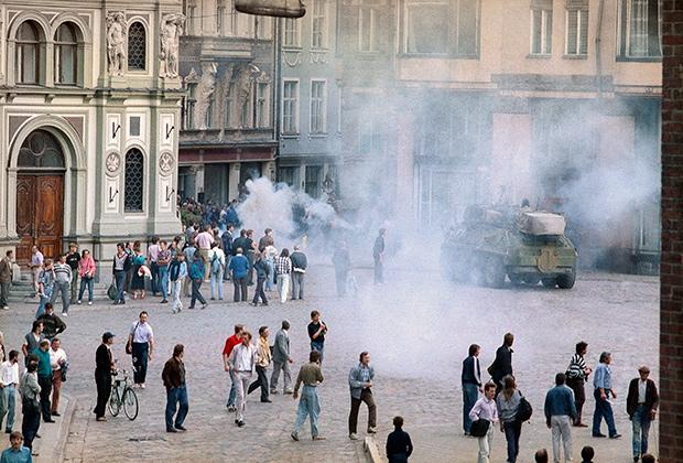 ОМОН разгоняет протестующих, пытающихся взять штурмом здание Верховного Совета в Риге (Латвия), 1991 год
