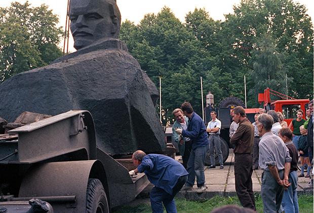 Снятие с пьедестала памятника Ленину в Юрмале (Латвия), 1991 год