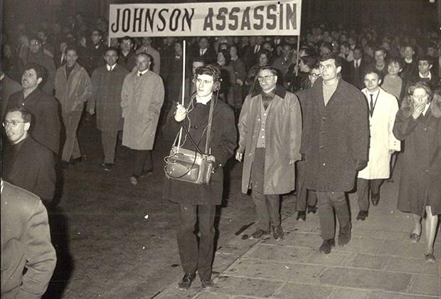 Французские коммунисты проводят акцию протеста против войны во Вьетнаме у стен посольства США в Париже, 1957