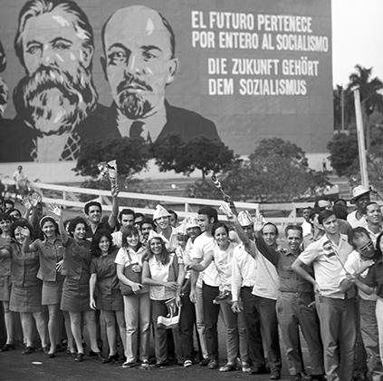 Кубинцы встречают руководителя ГДР Эриха Хонеккера, 1974 год