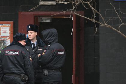 Сотрудники полиции у дома на улице Народного Ополчения