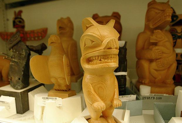 Деревянные фигурки в масках символизируют духов
