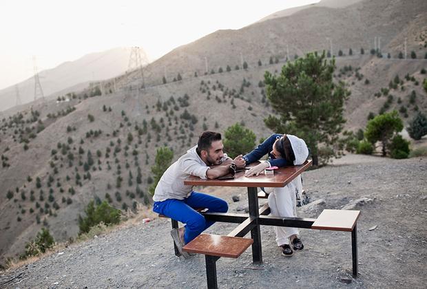 Влюбленная пара на смотровой площадке, известной как Крыша Тегерана