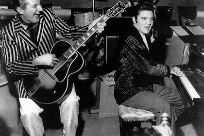 Элвис Пресли (справа) выступает в одном из отелей Лас-Вегаса, 1956 год