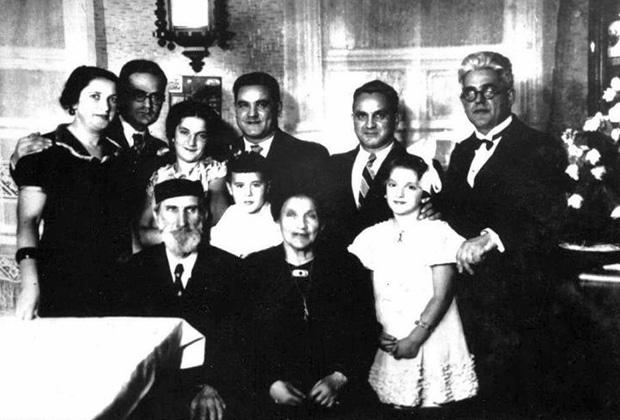 Сидят: дедушка Абель и бабушка Хана; стоят: мама, папин брат Михель, старшая сестра Мира, мальчик - родственник, папин брат Берель, папин брат Меер, Маша Рольникайте, папа
