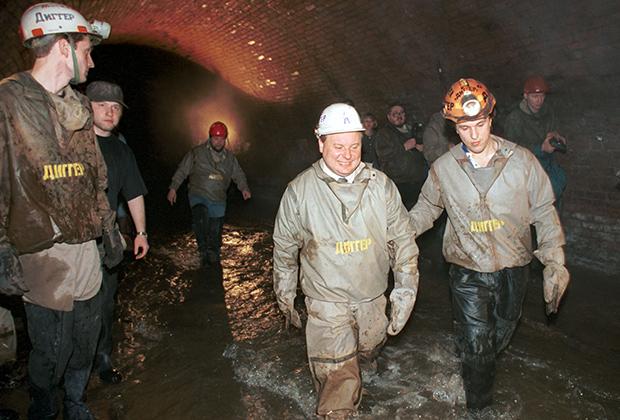 Егор Гайдар и Вадим Михайлов в русле подземной реки Неглинки. 1995 год