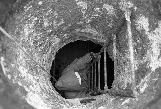 Член клуба московских диггеров спускается в подземелье в районе Волхонки. 1993 год