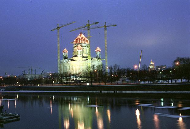Вид на храм Христа Спасителя в городе Москве во время его воссоздания. 1996 год