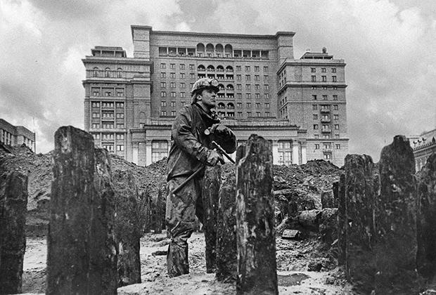 Вадим Михайлов в археологическом раскопе на Манежной площади в Москве. 1995 год