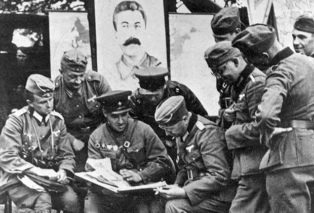 Немецкие военные беседуют с командиром советского танкового полка под Брестом.  1939 год