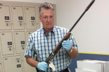 В руках детектива ружье, из которого застрелился лидер группы Nirvana