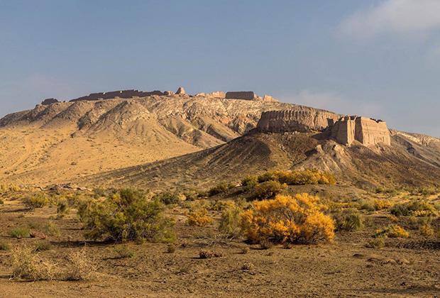 Руины древних хорезмских крепостей в песках Каракалпакии