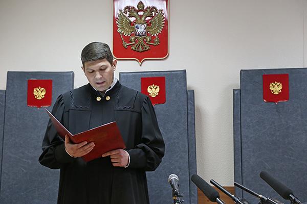 Судья Виталий Захаров зачитывает приговор в отношении Ильи Зелендинова