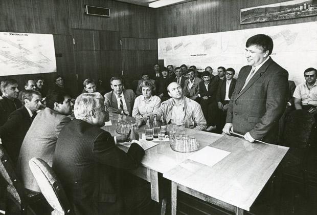 Борис Ельцин (на первом плане вполоборота) на встрече с представителями городской власти и рабочих комитетов. Медуреченск, Кузбасс, начало 1990-х