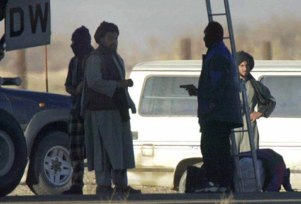 Захватчик индийского авиалайнера ведет переговоры с представителем афганских властей («Талибана»). Кандагар, 31 декабря 1999 года.