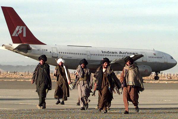 Бойцы «Талибана» у захваченного пакистанскими боевиками индийского лайнера в Кандагаре (1999 год).
