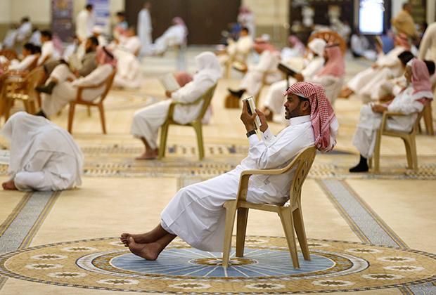 Мусульмане читают Коран в саудовской мечети
