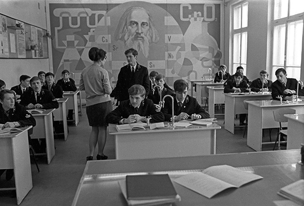 В кабинете химии во время занятий в строительном профессионально-техническом училище, 1973 год