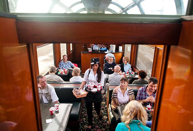 Поезд, идущий вдоль Панамского канала