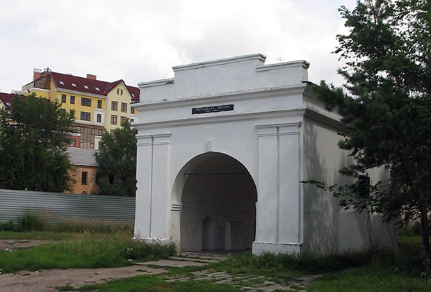 Со времен Омской крепости до наших дней дожили немногие постройки, в основном оборонного назначения, в том числе Тобольские ворота— одни из четырех, которые когда-то вели на укрепленную территорию.