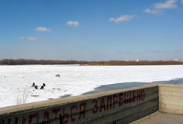 Зимой Иртыш покрыт толстым льдом и занесен снегом