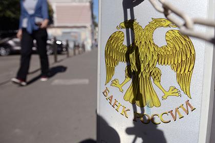 Профицит платежного баланса России снизился вдвое