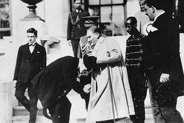Чиновник целует руку президенту Турции Мустафе Кемалю Ататюрку, 1931 год