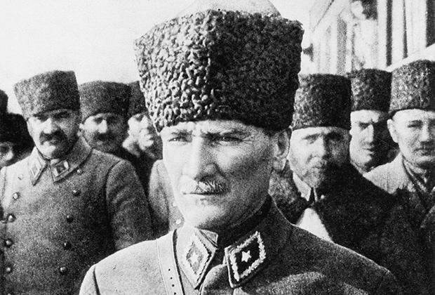 Мустафа Кемаль Ататюрк в форме маршала