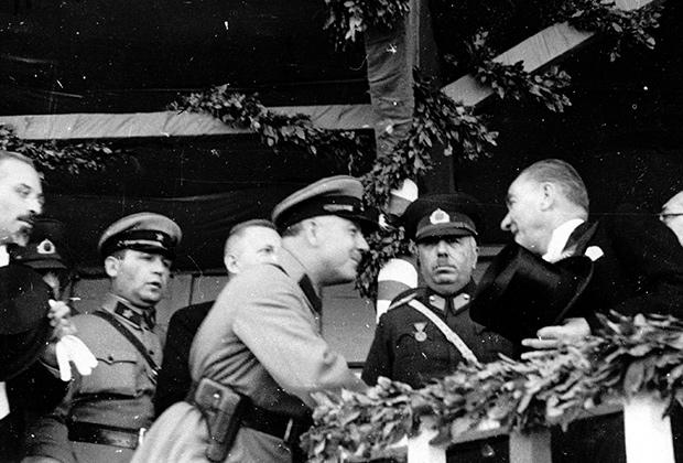 Президент Турции Мустафа Кемаль Ататюрк и народный комиссар обороны СССР Климент Ворошилов