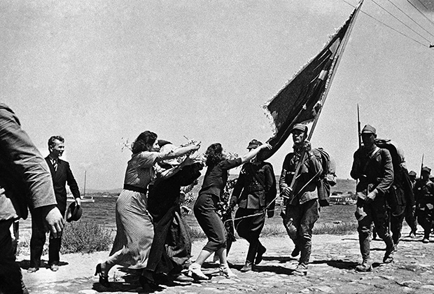 Турецкие девушки и военные на берегу Босфора, 1936 год